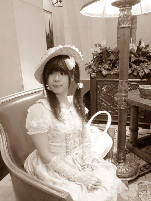 リズリサのロリィタ風の服の写真をセピア調にしてみたよ
